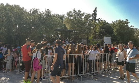 Files d'attente à l'entrée de l'Acropole tôt le matin, au début de l'été.
