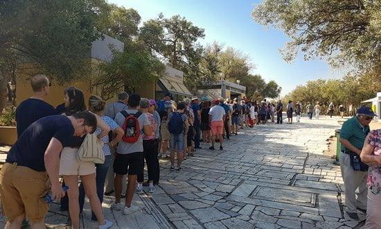 Files d'attente à la billetterie de l'Acropole tôt le matin, au début de l'été.